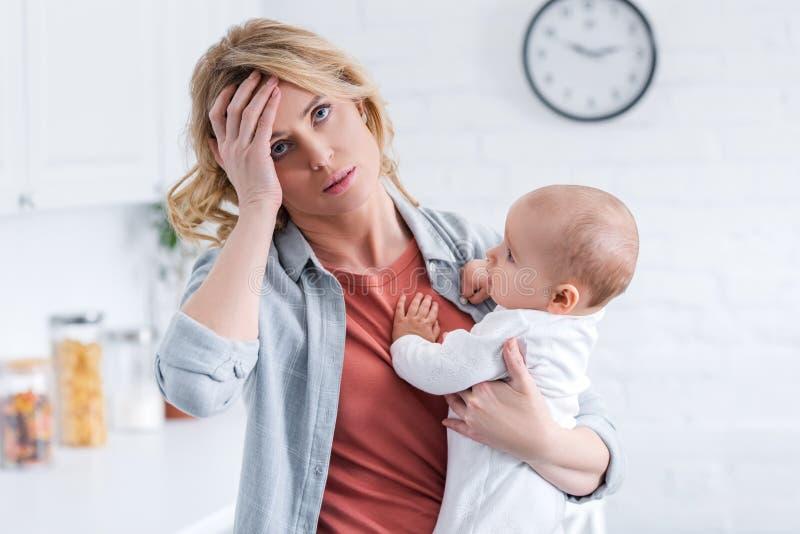 zmęczonego macierzystego mienia dziecięcy dziecko i pozycja z ręką na czole ilustracja wektor