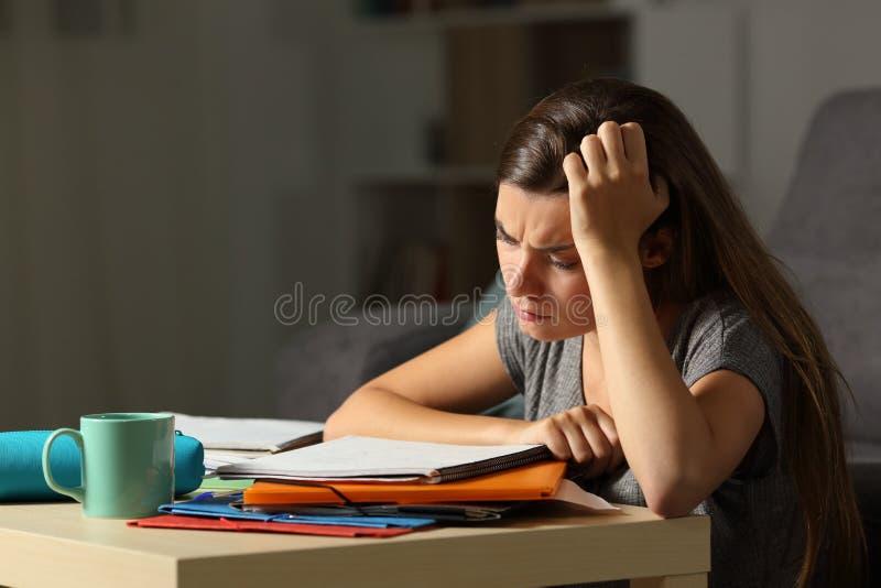 Zmęczonego studenckiego studiowania opóźnione godziny w nocy fotografia royalty free