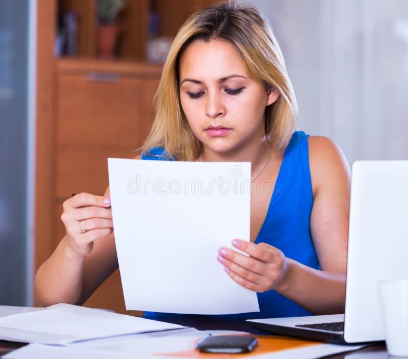 Zmęczony żeński pracownik robi papierkowej robocie zdjęcie stock