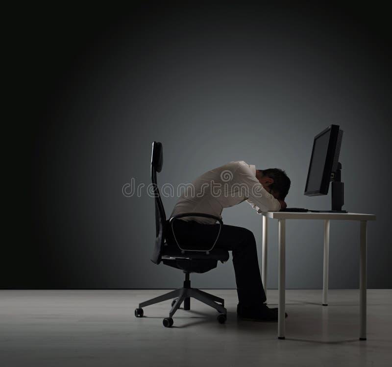 Zmęczony biznesmen ma drzemkę - obraz royalty free