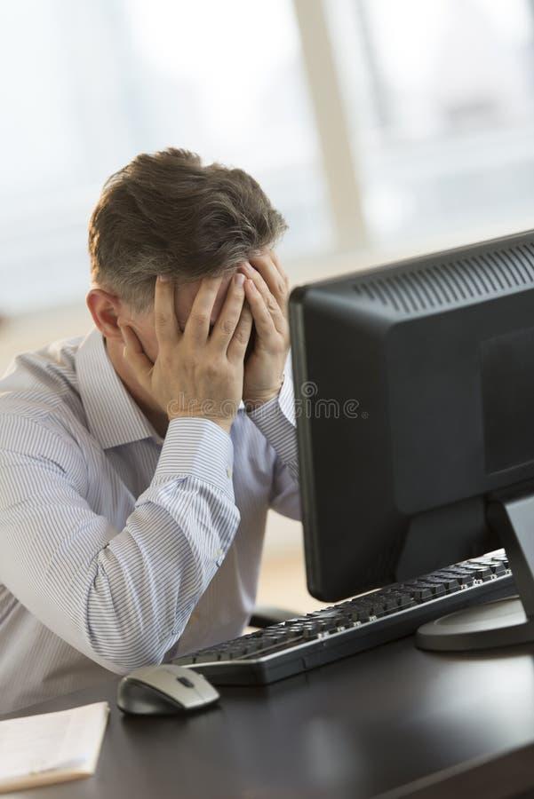 Zmęczony biznesmen Opiera Na Komputerowym biurku obrazy stock