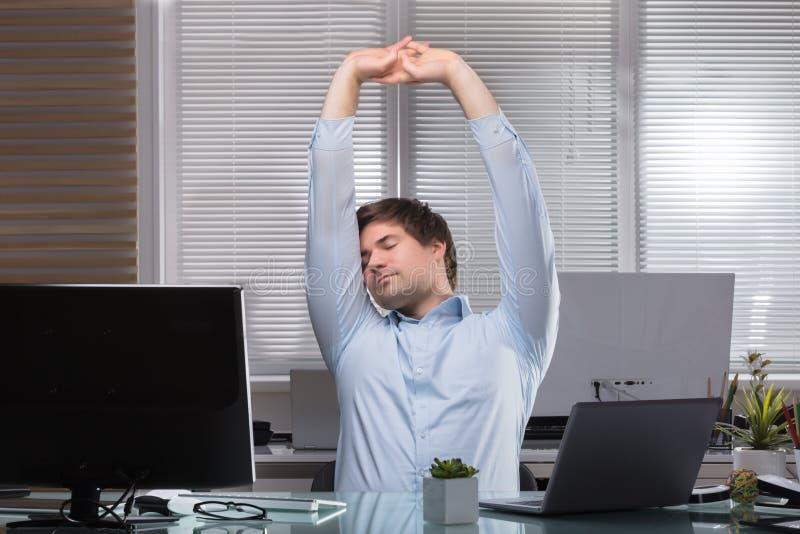 Zmęczony biznesmen Rozciąga Jego ręki zdjęcia stock