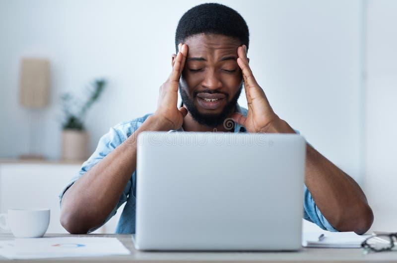 Zmęczony biznesmen z bólem głowy w biurze, nudności obraz royalty free