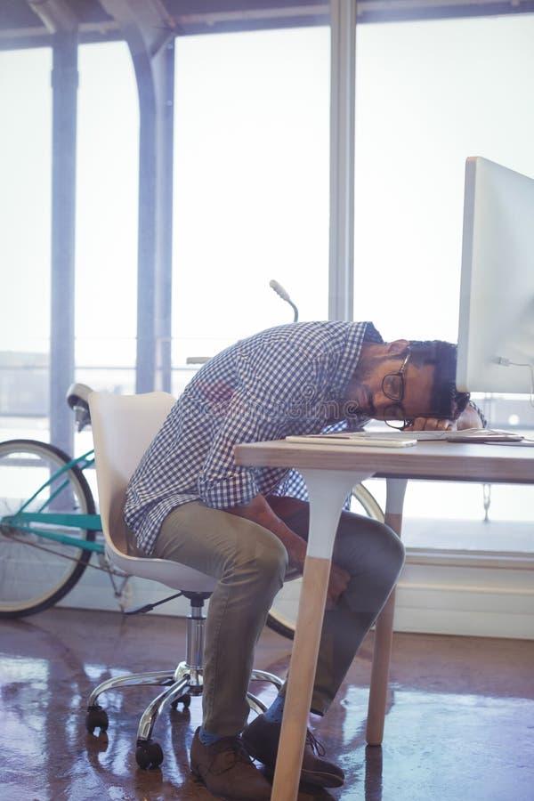 Zmęczony biznesmena drzemanie w biurze zdjęcie stock