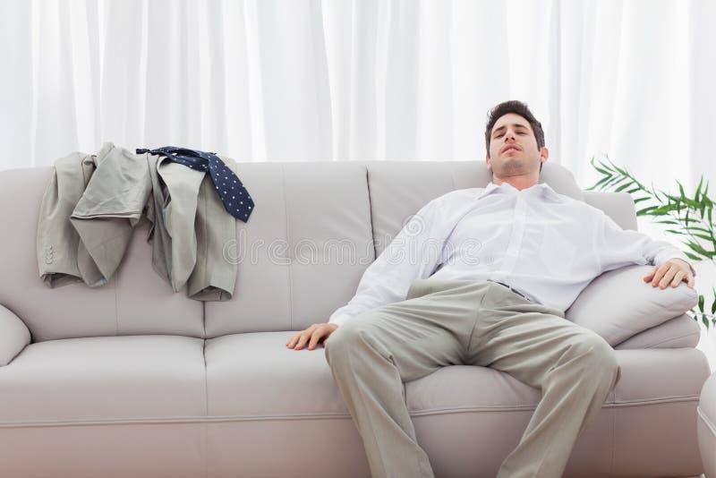 Zmęczony biznesmena obsiadania plecy na kanapie obrazy royalty free
