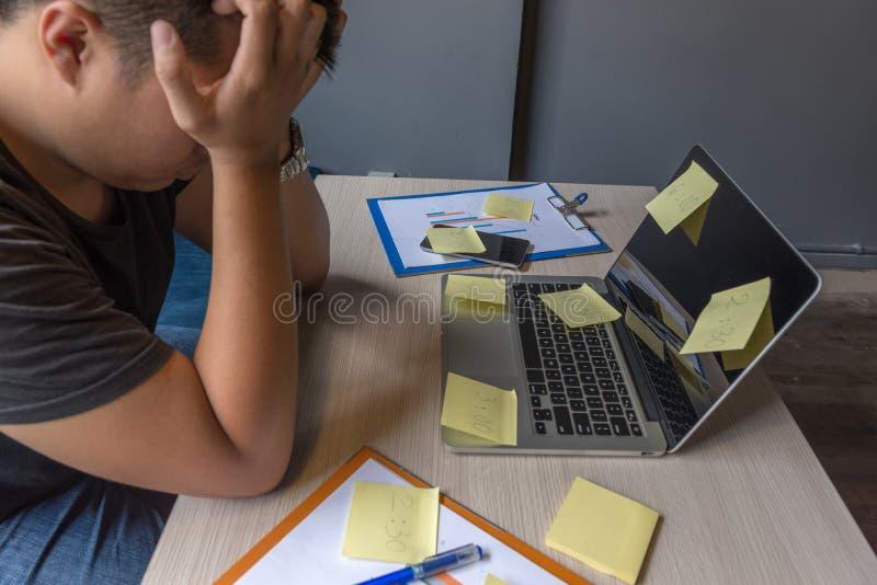 Zmęczony biznesmena odczucie stresujący się o pieniężnym problemu obrazy stock