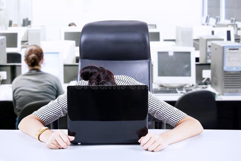 Zmęczony bizneswoman przy biurem fotografia stock