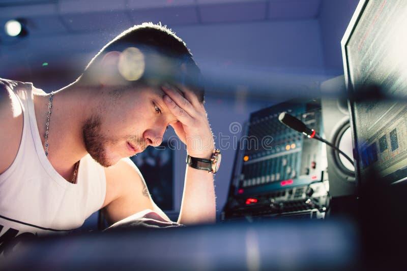Zmęczony dj obsiadanie przy pracownianym zakończeniem zdjęcie royalty free