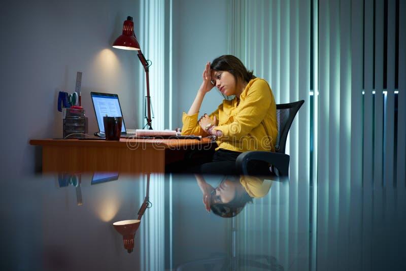Zmęczony dziewczyna studenta collegu studiowanie Przy nocą zdjęcia royalty free