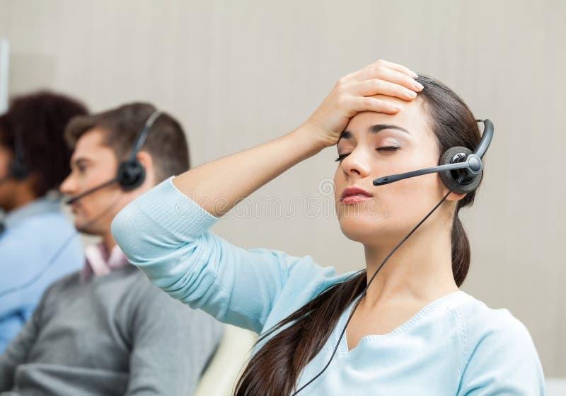 Zmęczony Żeński obsługa klienta agent W centrum telefonicznym zdjęcia royalty free