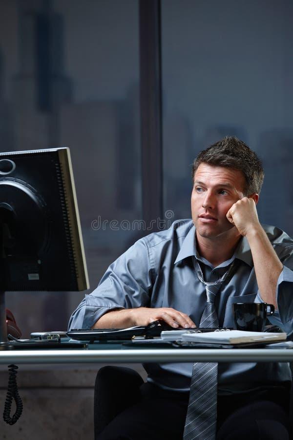 Zmęczony fachowy patrzeje ekran niepokojący obrazy stock