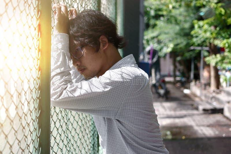 Zmęczony i niespokojny Azjatycki biznesowego mężczyzna cierpienie od fotografia royalty free