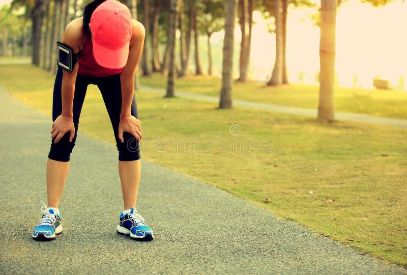 Zmęczony kobieta biegacz bierze odpoczynek obraz stock