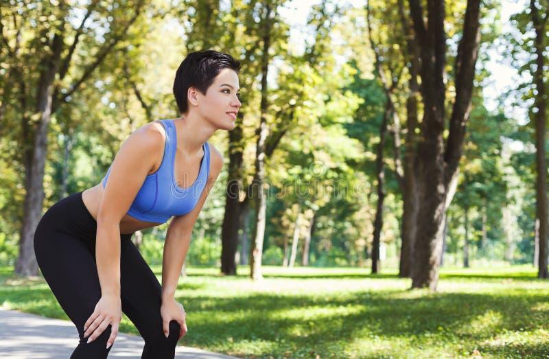 Zmęczony kobieta biegacza oddychanie, bierze biegającą przerwę obrazy royalty free