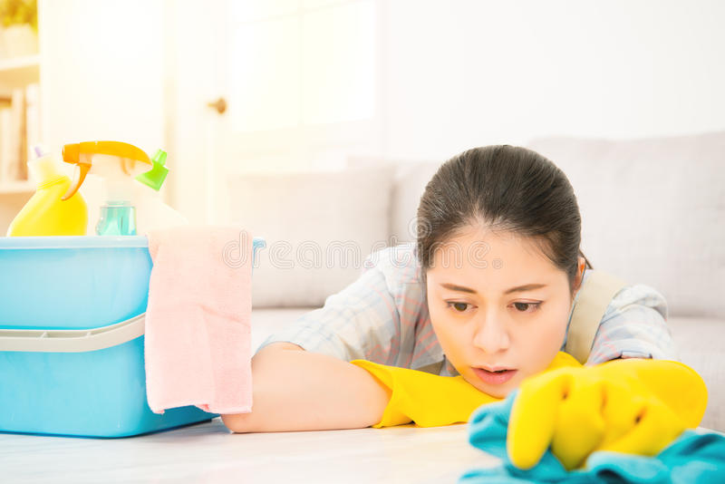Zmęczony kobiety mienia rab z detergentami zdjęcie stock
