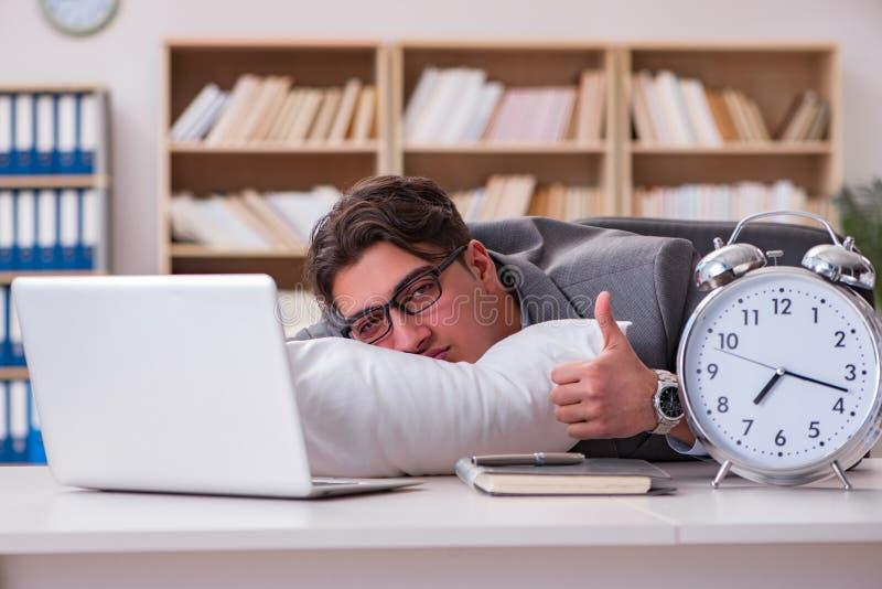 Zmęczony mężczyzna śpi w domu mieć zbyt dużo pracy obraz stock