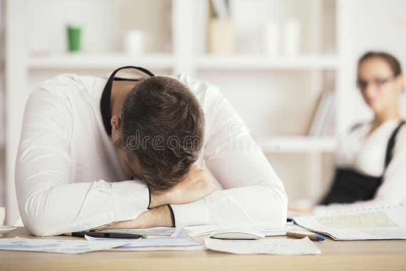 Zmęczony mężczyzna dosypianie w biurze fotografia stock
