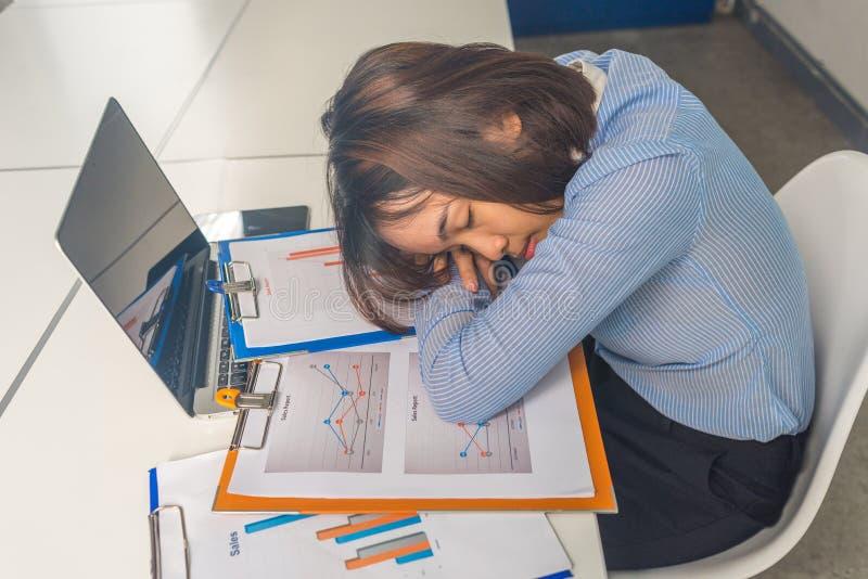 Zmęczony młody Azjatycki bizneswoman bierze drzemkę w biznesowym pokoju konferencyjnym zdjęcie royalty free