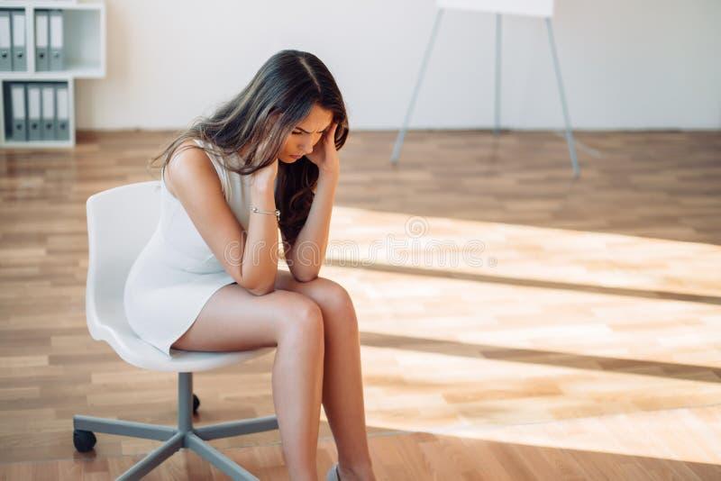 Zmęczony młody bizneswoman przy miejsce pracy w biurze obraz royalty free