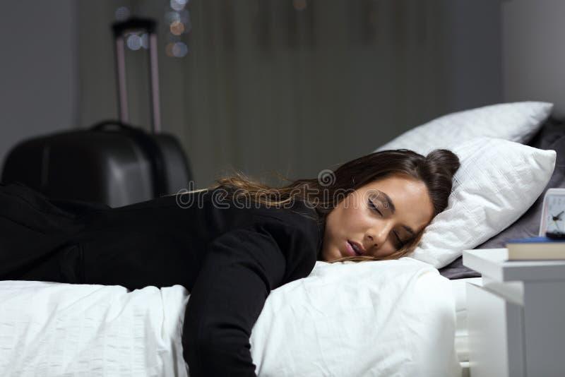 Zmęczony osoba w podróży służbowej dosypianie przy pokojem hotelowym zdjęcie stock