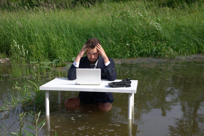 Zmęczony, przygnębiony, nudziarstwo, brodaty biznesmen rozczarowywający z nieudaną transakcją biznesową, patrzeje laptop obrazy stock