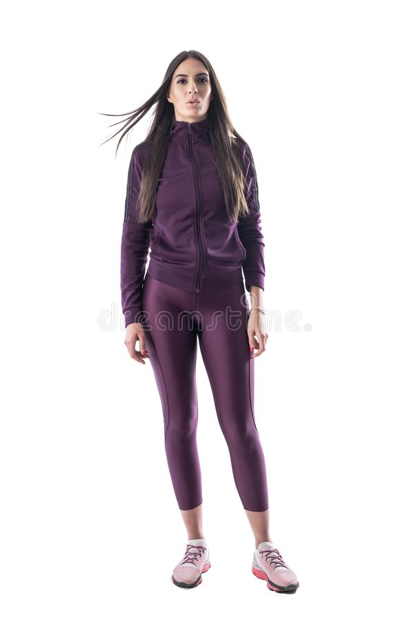 Zmęczony skołowany sporty kobieta biegacz z latać długie włosy dmuchanie i dostawać lotniczy fotografia royalty free