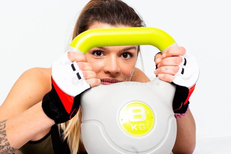 Zmęczony sport dziewczyny odpoczynek po skołowanego żeńskiej atlety dosypianie na podłodze z kettlebell niezrównoważenie zdjęcie stock