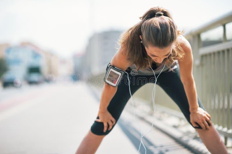 Zmęczony sprawności fizycznej młodej kobiety łapanie oddycha obrazy stock
