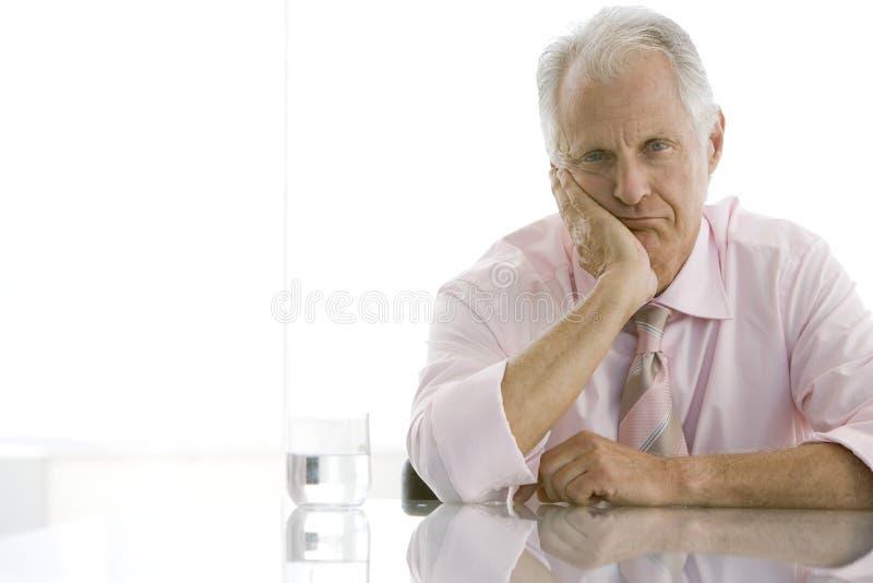 Zmęczony Starszy biznesmena obsiadanie Przy biurkiem obraz stock