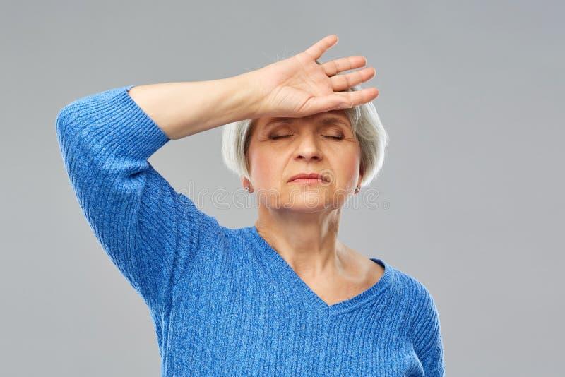 Zmęczony starszy kobiety cierpienie od migreny fotografia stock