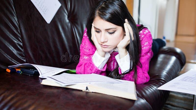 Zmęczony uczeń ma dużo czytać Zmartwiony zaakcentowany uczeń Uczeń studiuje Nauka up obrazy royalty free