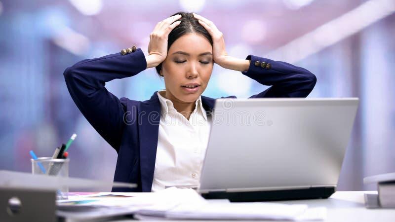 Zmęczony urzędnika obsiadania przód laptop, przemęczenie stres, ostatecznego terminu niepokój obraz royalty free