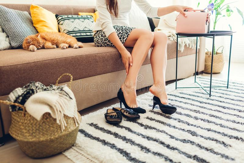 Zm?czona kobieta bierze ona heeled buty daleko w domu po ci??kiego dnia Niewygodny obuwie zdjęcia royalty free