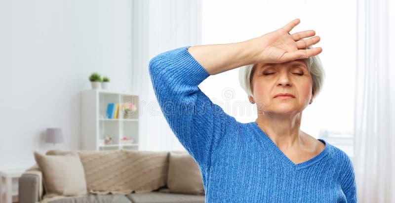 Zm?czony starszy kobiety cierpienie od migreny fotografia royalty free