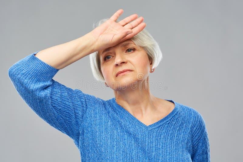 Zm?czony starszy kobiety cierpienie od migreny zdjęcia royalty free