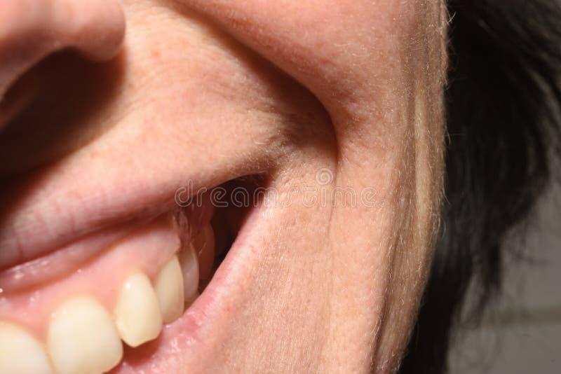 Zmarszczenia na wargach od uśmiechu 43 roczniaka kobieta zdjęcie stock