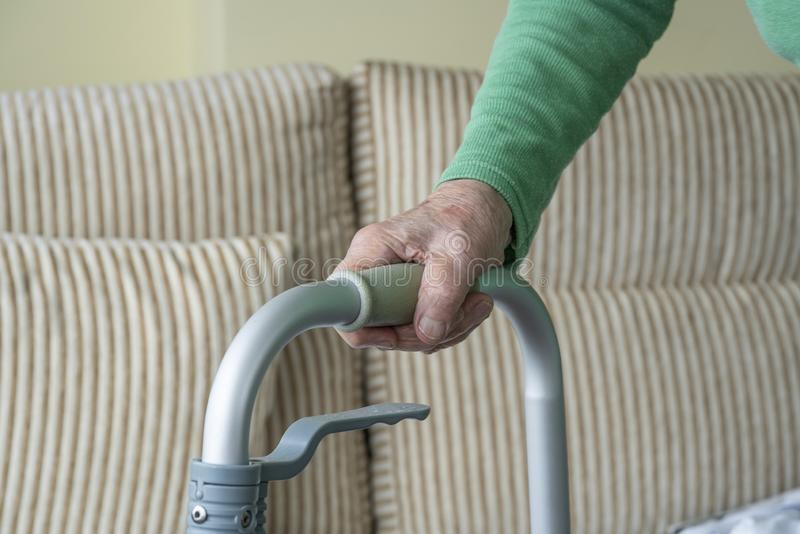Zmarszczona dłoń staruszka na chodniku fotografia royalty free