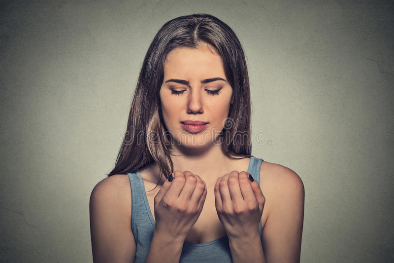 Zmartwiona kobieta patrzeje ręka palce przybija prześladować o czystości zdjęcie royalty free