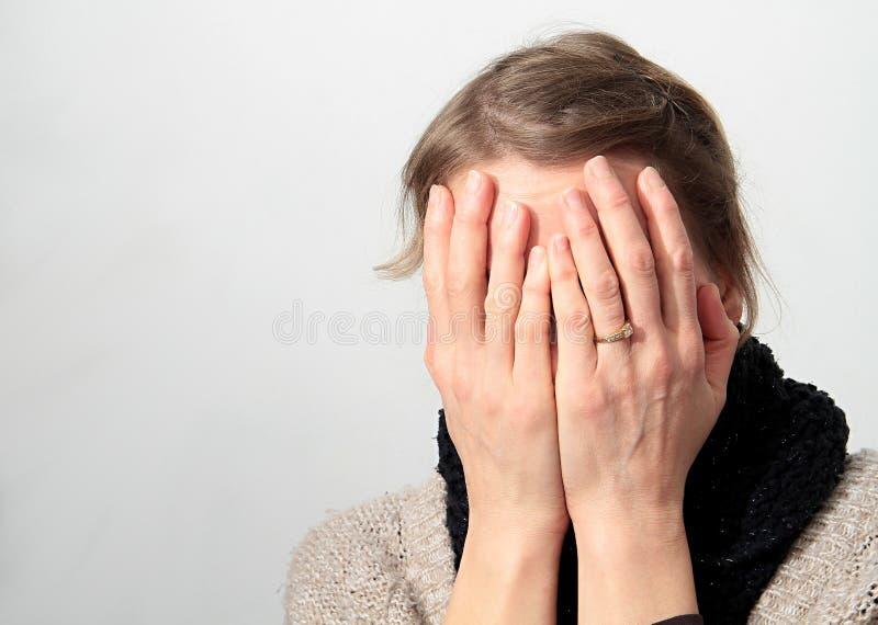 Zmartwiona kobieta z rękami na ona kierownicza zdjęcia stock