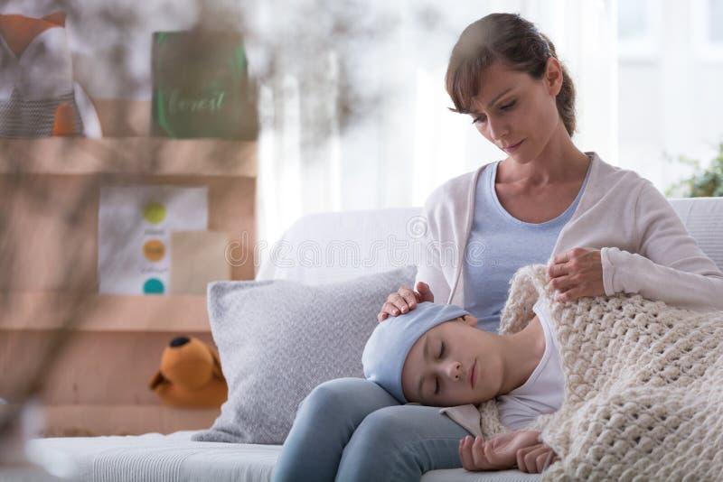 Zmartwiona matka i córka z nowotworem bierze odpoczynek w domu fotografia stock
