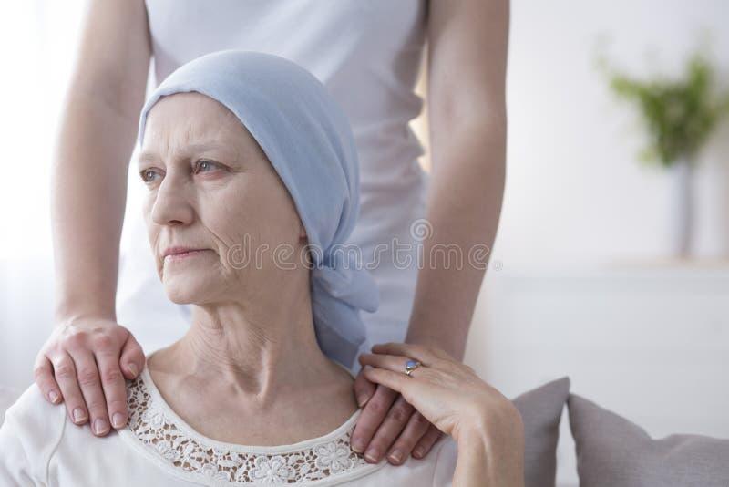 Zmartwiona starsza kobieta z nowotworem zdjęcie royalty free