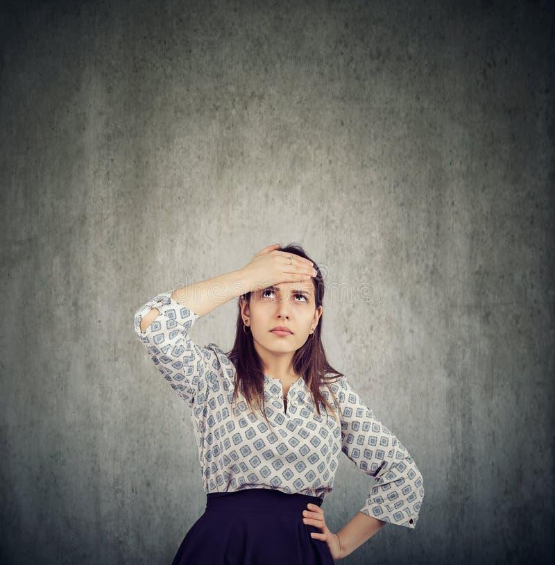 Zmartwiona wątpliwa kobieta myśleć patrzeć dla rozwiązania zdjęcie royalty free