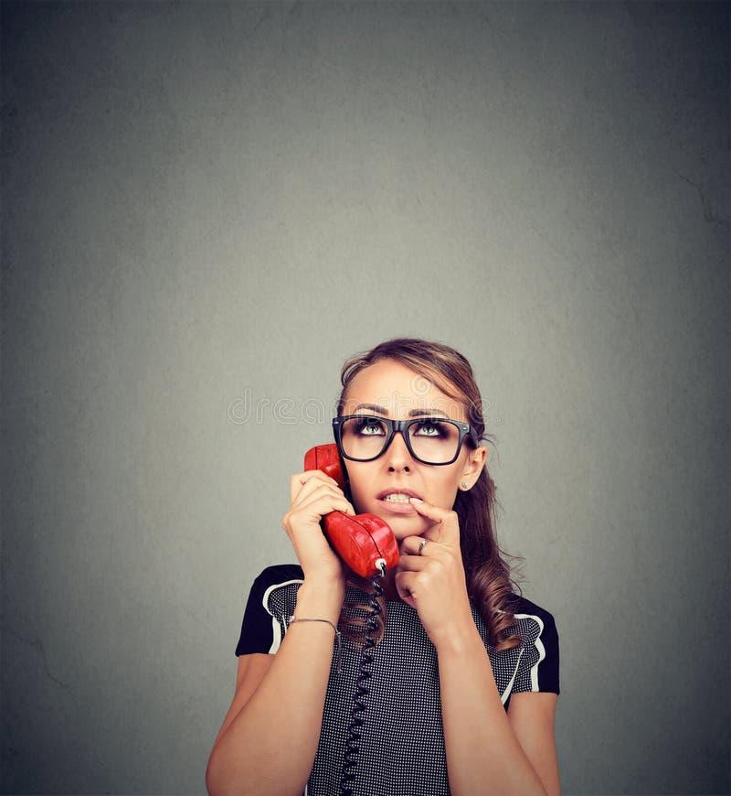 Zmartwiona zdumiona młoda kobieta na telefonie obraz stock