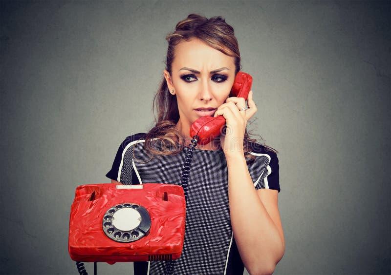 Zmartwionej kobiety odbiorcza zła wiadomość na telefonie zdjęcie royalty free
