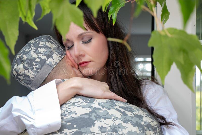 Zmartwiony żony mienia żołnierza mąż lub partner obrazy royalty free