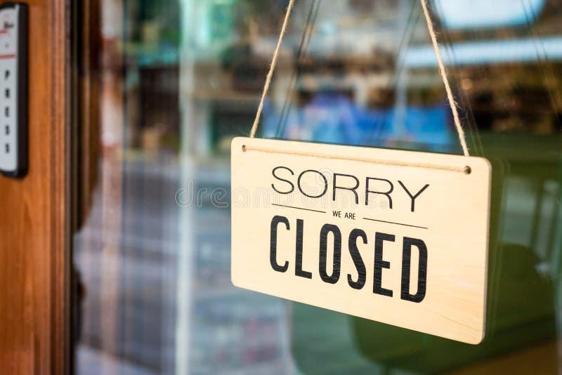Zmartwiony jesteśmy zamykającym znak deski obwieszeniem na drzwi kawiarnia zdjęcia stock