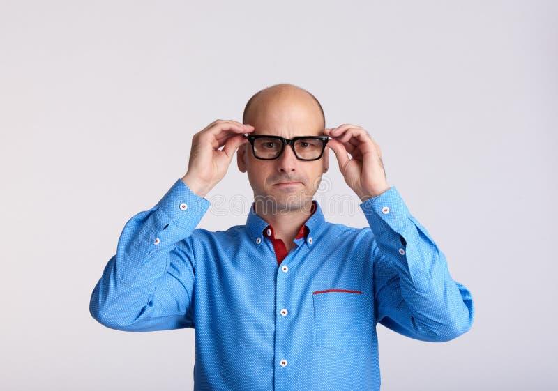 Zmartwiony mężczyzna jest ubranym eyeglasses odizolowywających fotografia royalty free