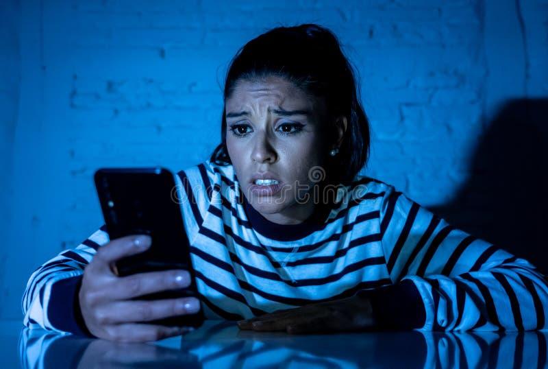 Zmartwiony nieszczęśliwy młodej kobiety cierpienie od cyberbullying online i napastowanie telefonem komórkowym zdjęcie royalty free