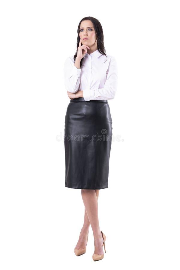 Zmartwiony powa?ny biznesowej kobiety dopatrywanie lub s?uchaj?ca z?a wiadomo?? przygl?daj?cy w g?r? zdjęcia royalty free