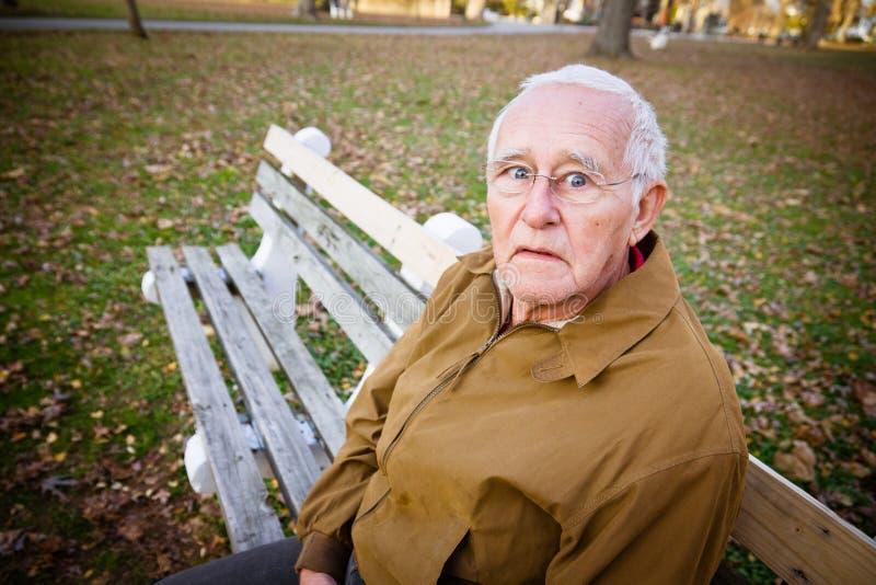 Zmartwiony starsza osoba mężczyzna zdjęcia stock